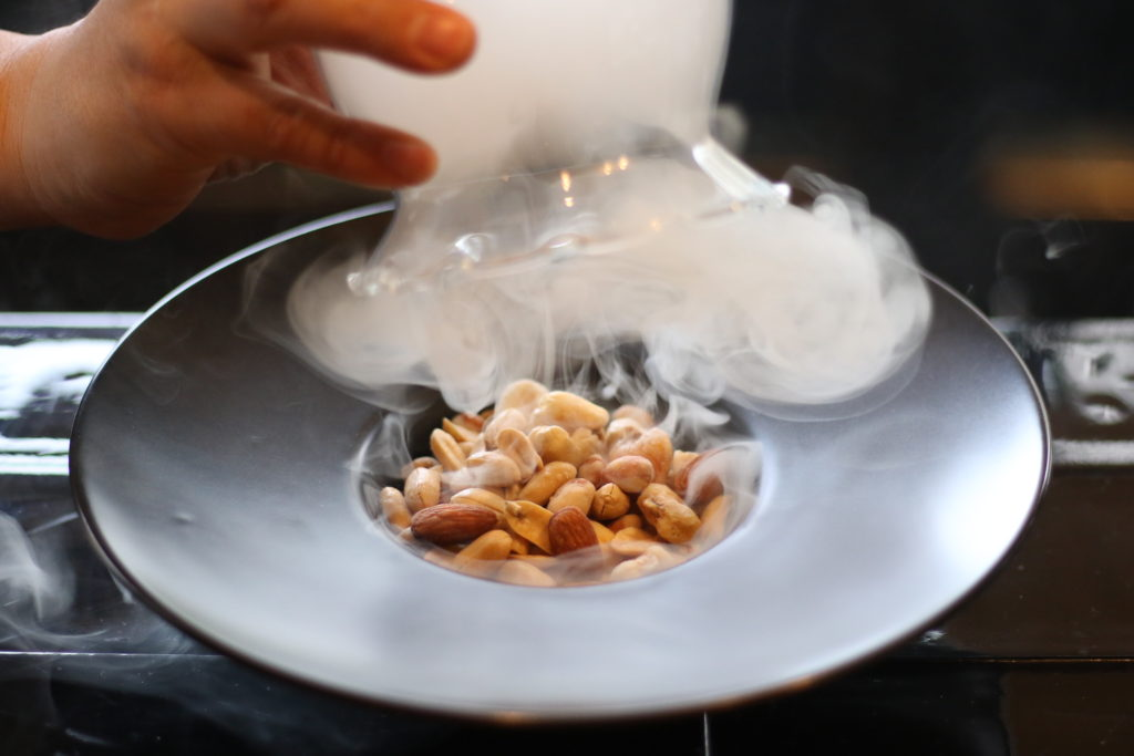 <strong>燻製ナッツ<br>〜Smoked Nuts〜</strong> 600<small>円</small><br>