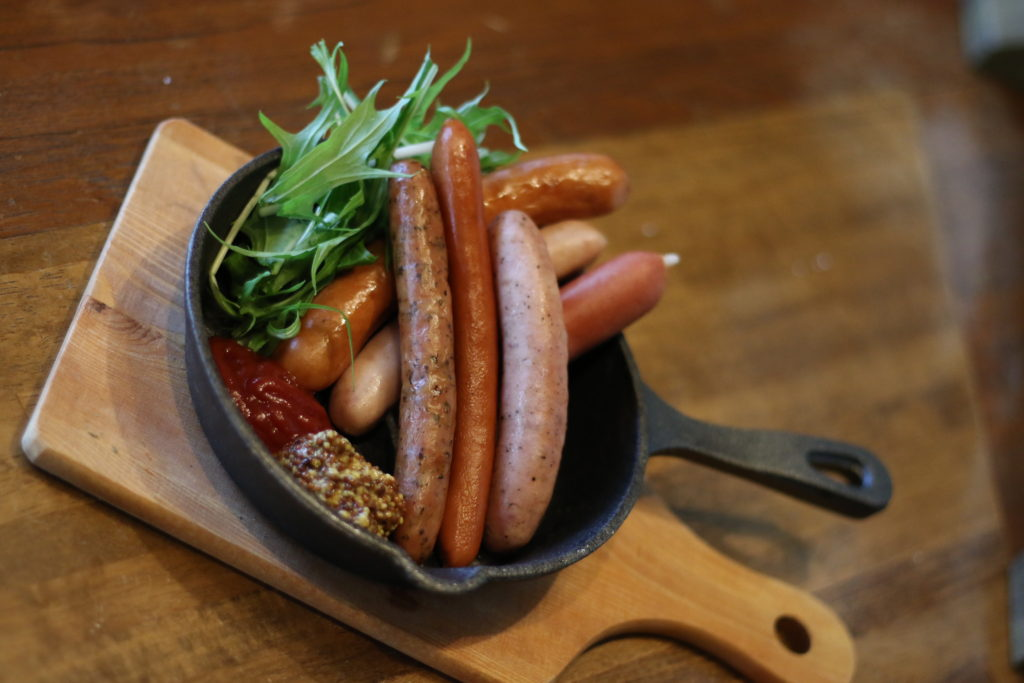 <strong>6種ソーセージ盛り合わせ<br>〜Assorted Sausages〜</strong> 880<small>円</small><br>