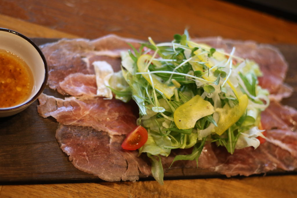 <strong>生ハムサラダ<br>〜Fresh Salad with Prosciutto〜</strong> 880<small>円</small><br>