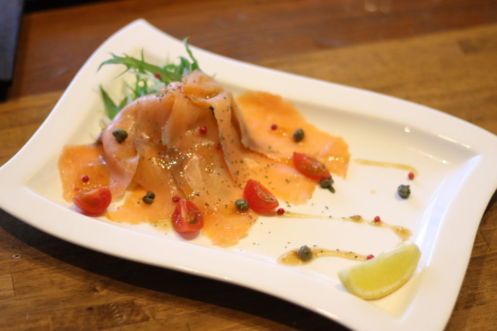 <strong>サーモンカルパッチョ<br>〜Salmon Carpaccio〜</strong> 1,100<small>円</small><br>