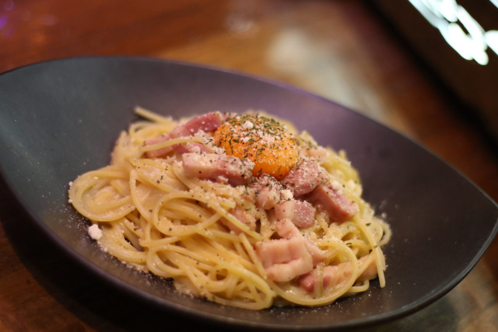 <strong>2種のベーコンのクリーミーカルボナーラ<br>〜Creamy Carbonara with 2kinds Bacon〜</strong> 1,200<small>円</small><br>